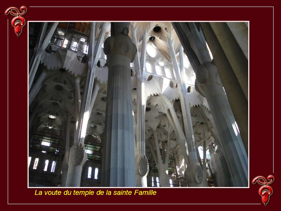 La Sagrada Famili a La Sainte Famille est le monument le plus célèbre de Gaudi et le plus représentatif de son génie visionnaire.