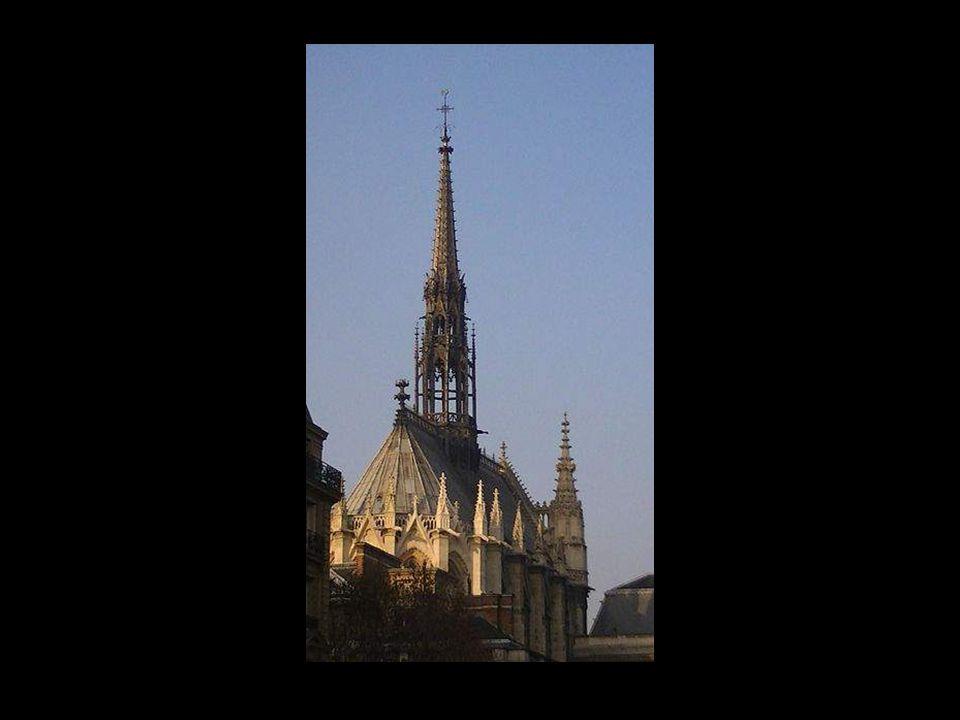 La Sainte Chapelle est avant tout une gigantesque châsse destinée à recevoir les reliques de la crucifixion.