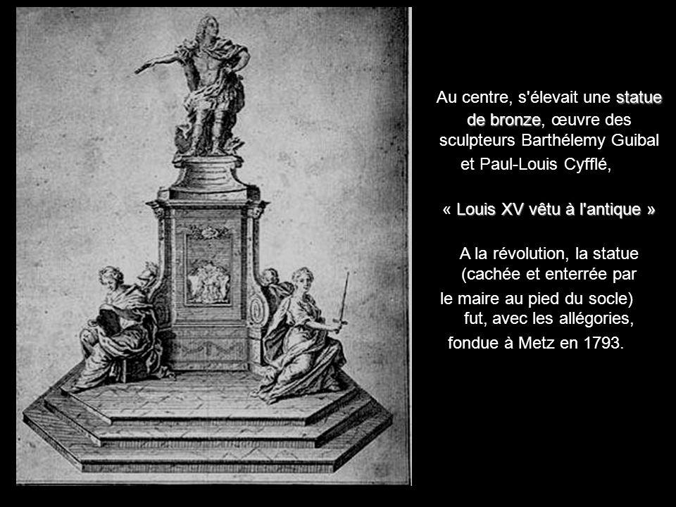 Première de toutes les places royales françaises, au cœur de la ville, elle sacralise l'image de marque royale tout en accueillant les festivités popu