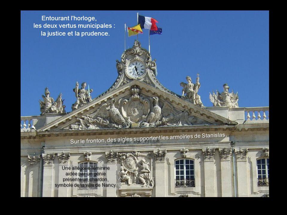 Dordonnance classique, à laquelle Stanislas fit ajouter grâce et gaieté, Comme à tous les autres bâtiments, lHôtel de Ville constitue le décor de fond