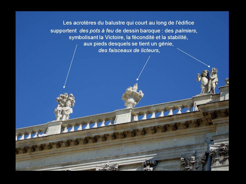 Entourant l'horloge, les deux vertus municipales : la justice et la prudence. Une allégorie féminine aidée par un génie présente un chardon, symbole d