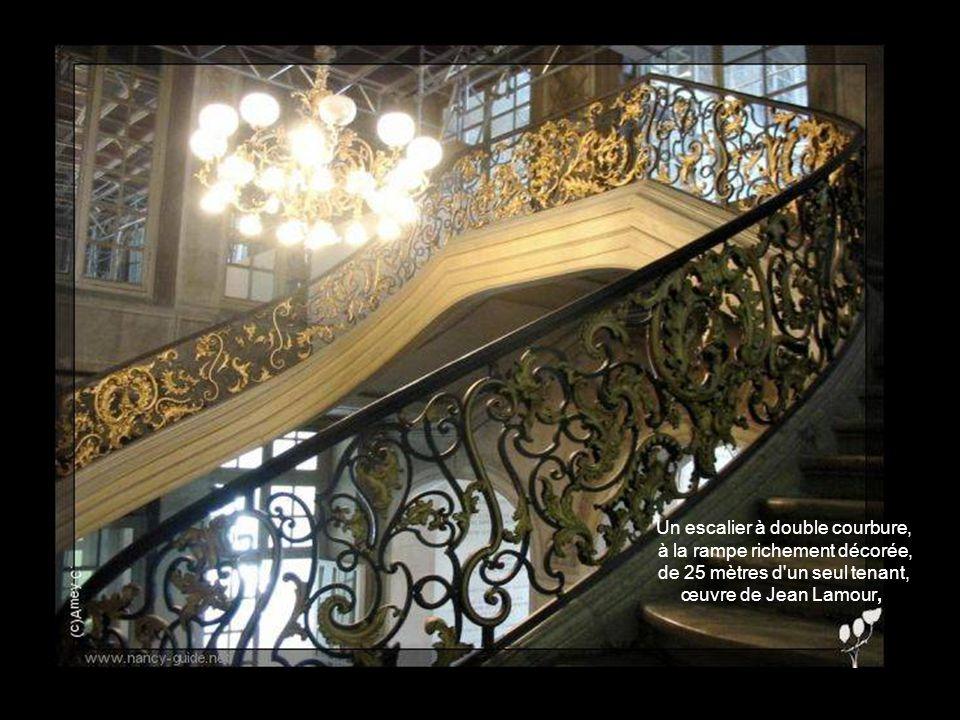 et salon carré les seuls restes de lintérieur de l'Hôtel de Ville, saccagé en 1792 par les Fédérés. Vestibule, escalier