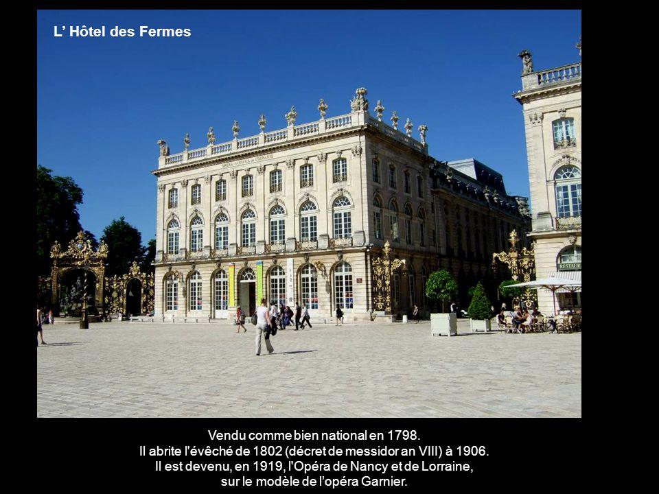 à l'est, le pavillon de l'Intendant et commissaire généra Alliot de la maison du Roi de France hébergea l'administration départementale et la préfectu