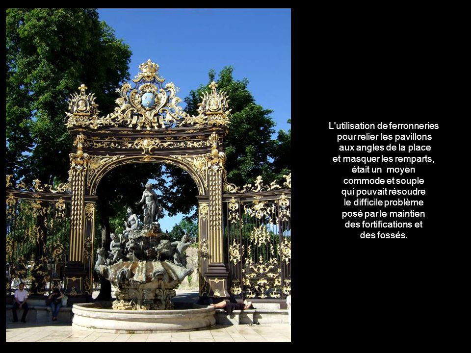 Des portiques triomphaux, sinspirant de Versailles, relient les basses faces aux pavillons qui bordent la place. pavillons qui bordent la place. Chaqu