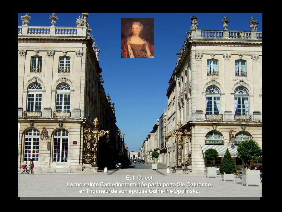 De style « Art rococo » comme les fontaines, les portes ont été réalisées en fer battu - aminci au marteau - et dorées à la feuille.