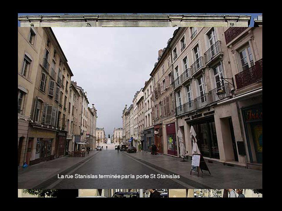 Est- Ouest La rue sainte Catherine terminée par la porte Ste Catherine, en lhonneur de son épouse Catherine Opalinska,