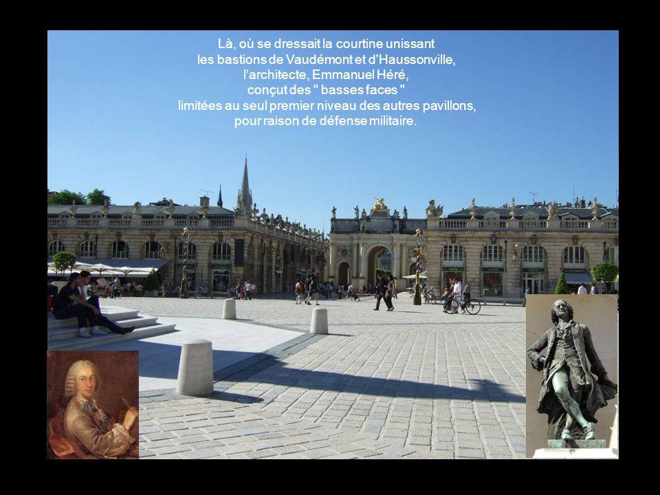 Là, où se dressait la courtine unissant les bastions de Vaudémont et d Haussonville, larchitecte, Emmanuel Héré, conçut des basses faces limitées au seul premier niveau des autres pavillons, pour raison de défense militaire.