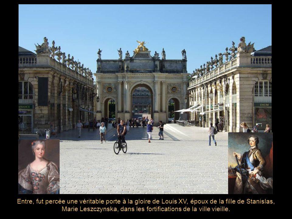 Entre, fut percée une véritable porte à la gloire de Louis XV, époux de la fille de Stanislas, Marie Leszczynska, dans les fortifications de la ville vieille.