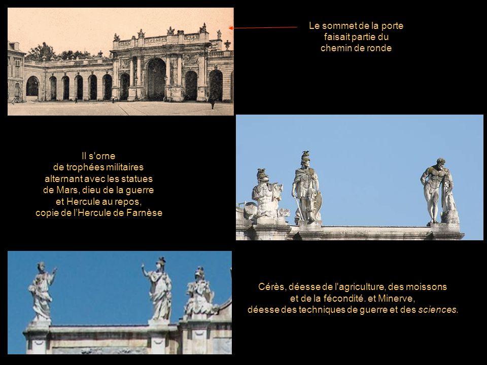 Il s orne de trophées militaires alternant avec les statues de Mars, dieu de la guerre et Hercule au repos, copie de lHercule de Farnèse Le sommet de la porte faisait partie du chemin de ronde Cérès, déesse de l agriculture, des moissons et de la fécondité.