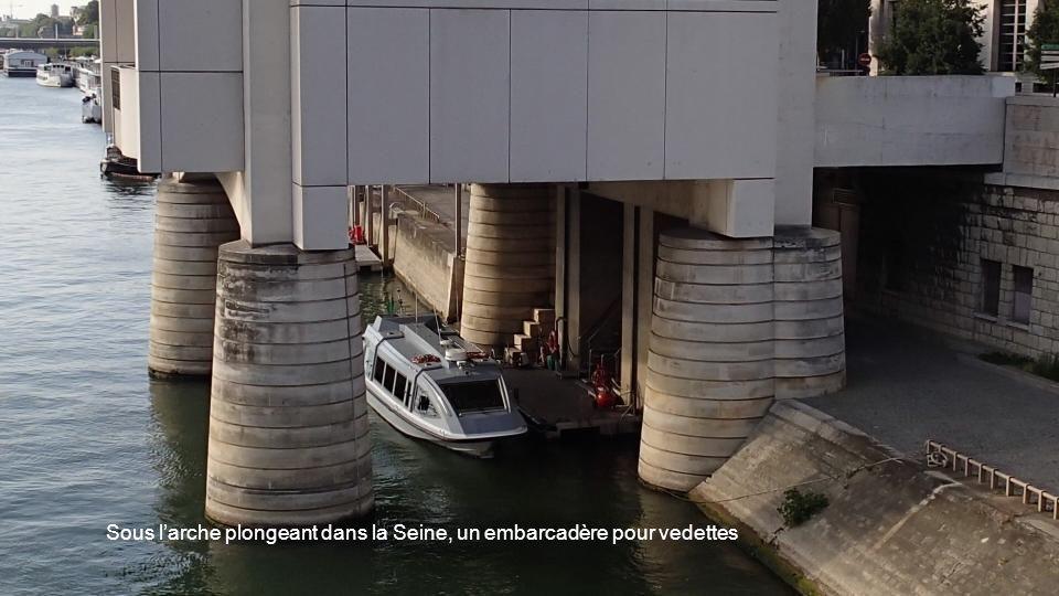 Sous larche plongeant dans la Seine, un embarcadère pour vedettes