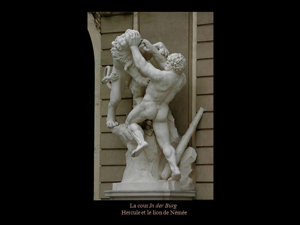 La cour In der Burg Hercule et le taureau de Crète