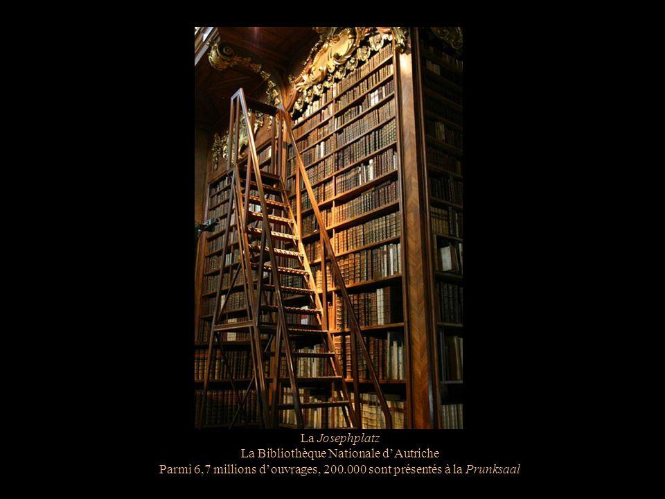 La Josephplatz La Bibliothèque Nationale dAutriche La Prunksaal Un plafond décoré