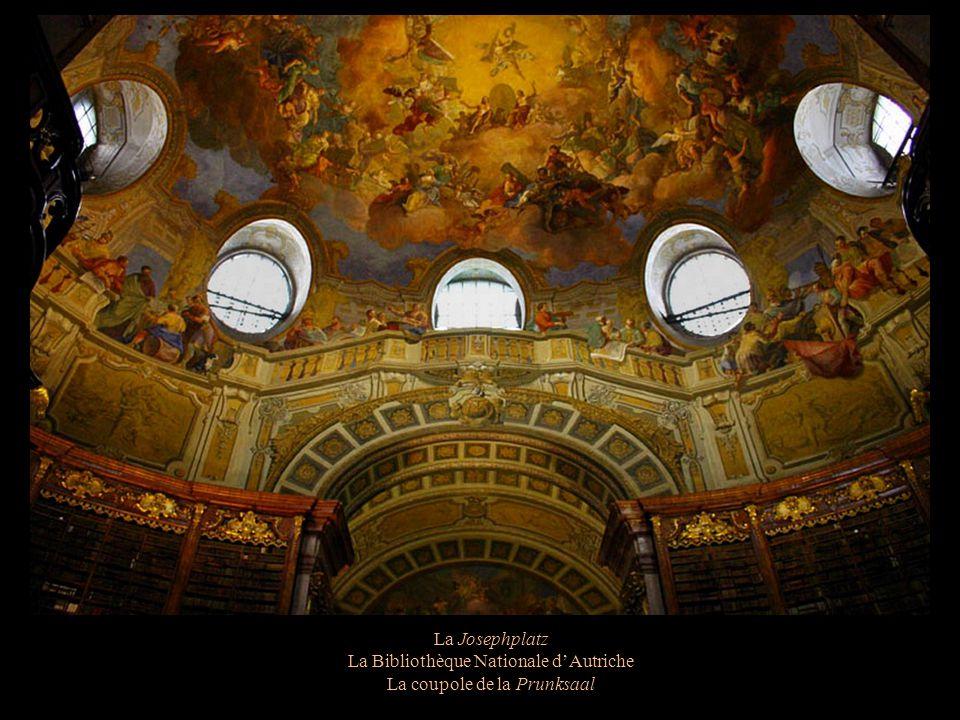 La Josephplatz La Bibliothèque Nationale dAutriche Parmi 6,7 millions douvrages, 200.000 sont présentés à la Prunksaal