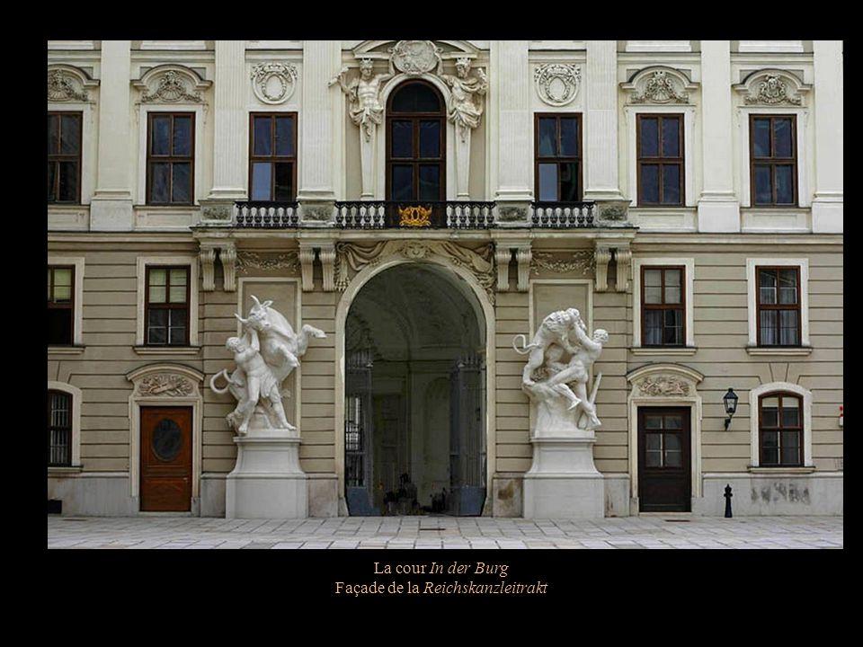 La cour In der Burg Une aile de la Chancellerie