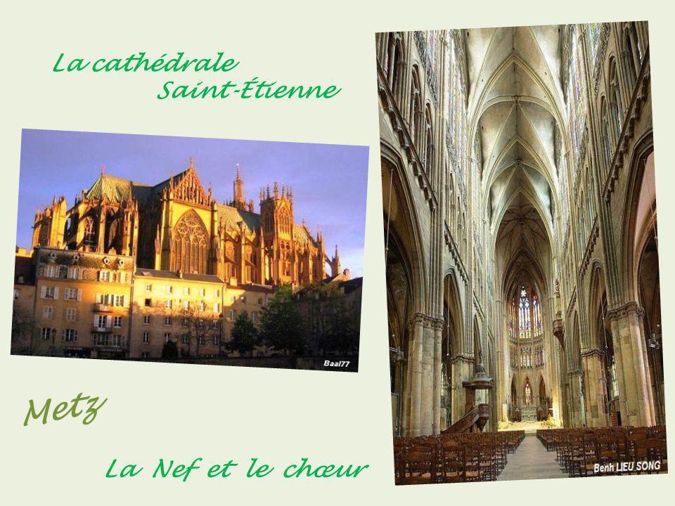 Metz le pont Moyen, le Temple Neuf entouré par les bras de la Moselle