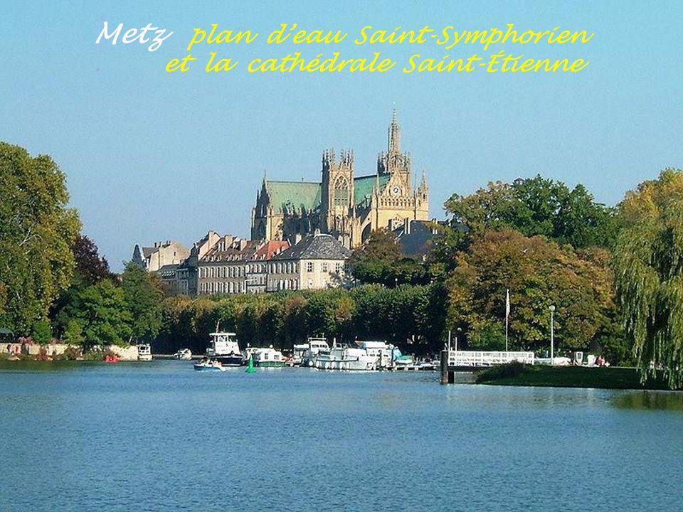 Metz campus universitaire avec lamphithéâtre Le Moigne au centre de lîle du Salcy
