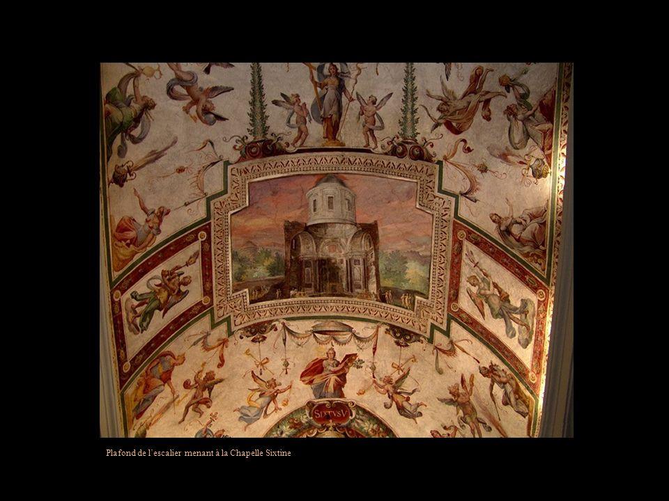 Plafond de la Galerie des cartes du Pape Grégoire XIII. Y sont exposées 40 cartes des territoires de lEglise à cette époque.