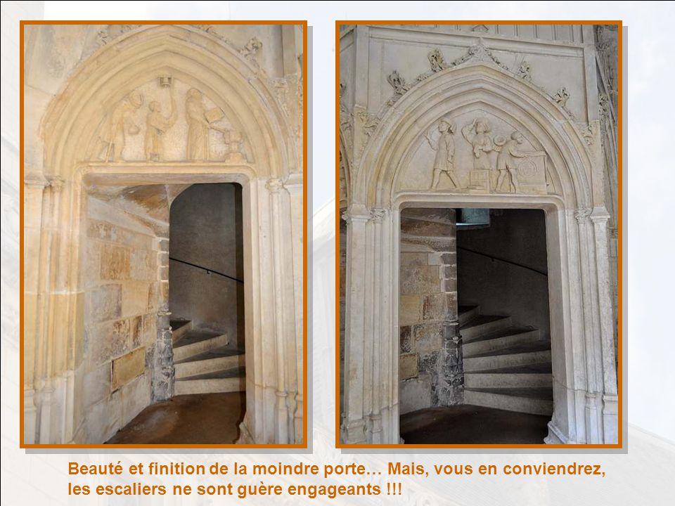 A voir aussi le haut richement sculpté du portail en bois, et les sculptures sous lavancée au dessus de ce portail.