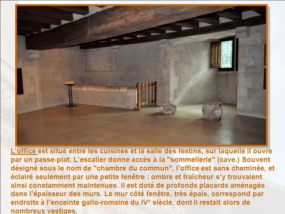 Le décor de la porte à droite de la cheminée porte les emblèmes de Charles VII. Un cerf et une biche ailés sont couchés sur une litière de feuilles et