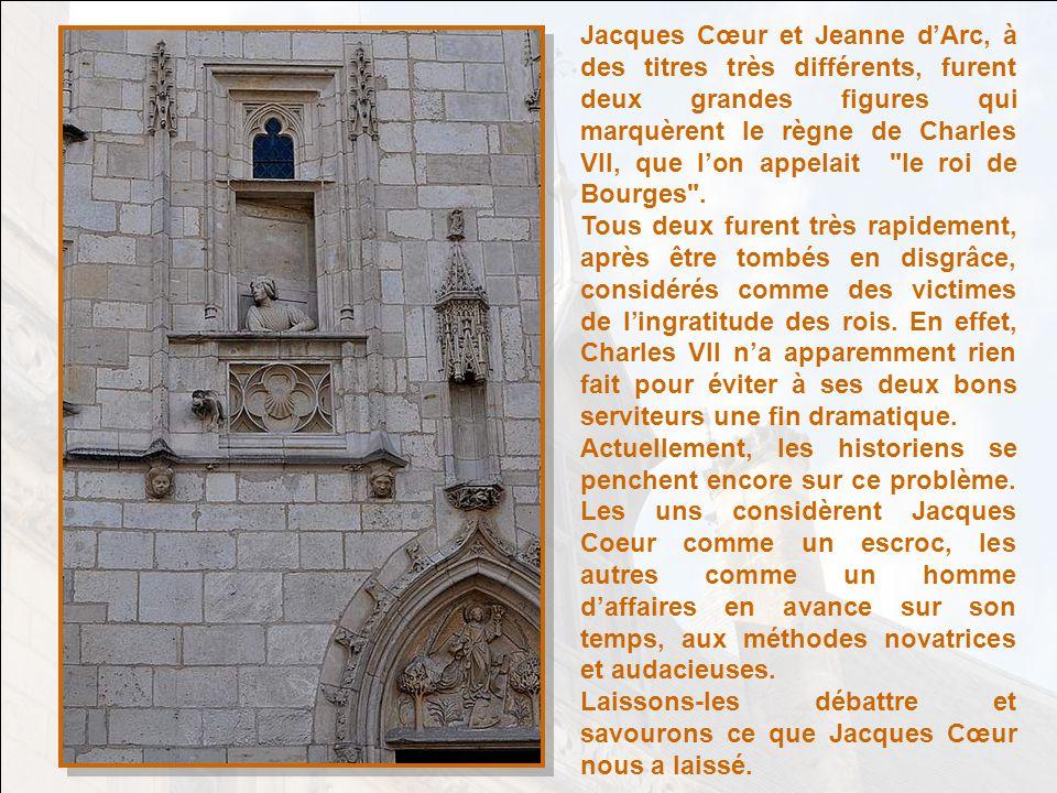 Le Palais Jacques Cœur à Bourges, dans le Cher. Cest le centre, le faîte de ce circuit Jacques Cœur. Cette statue a été édifiée par la Ville de Bourge