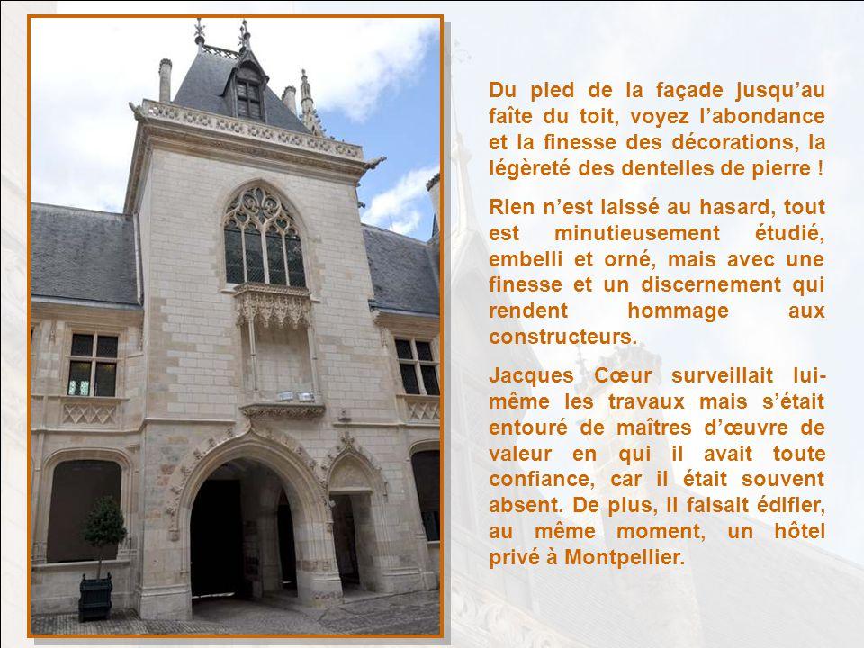 Du pied de la façade jusquau faîte du toit, voyez labondance et la finesse des décorations, la légèreté des dentelles de pierre .