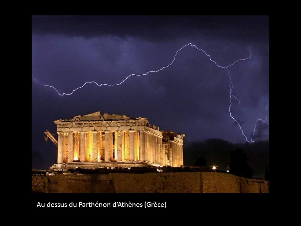 Au dessus du Parthénon dAthènes (Grèce)