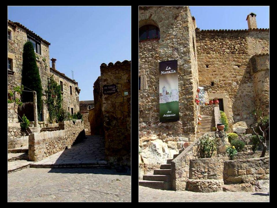 Pals est dominé par léglise San Père, elle date de lannée 944, a subit de nombreuses reconstructions au cours des siècles et rassemble ainsi des styles romains, gothiques et baroques.