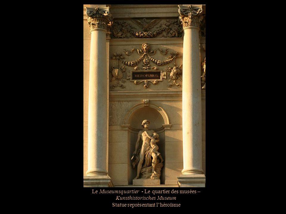 Le Museumsquartier - Le quartier des musées – Kunsthistorisches Museum Statue représentant légoïsme