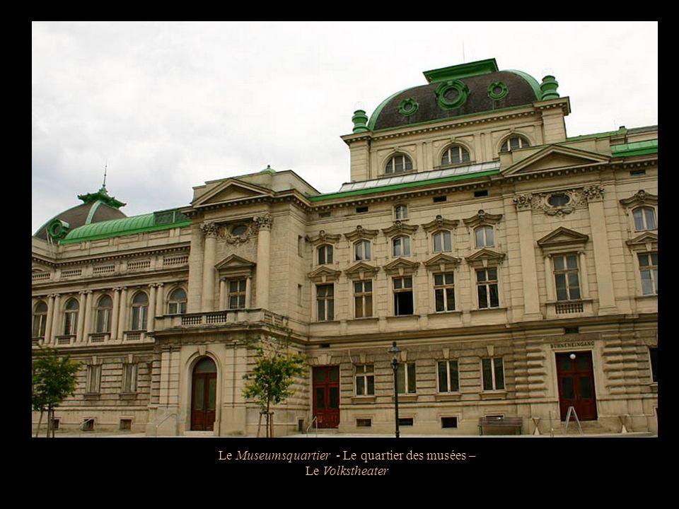 Le Museumsquartier - Le quartier des musées – Kunsthistorisches Museum Statue représentant lhéroïsme