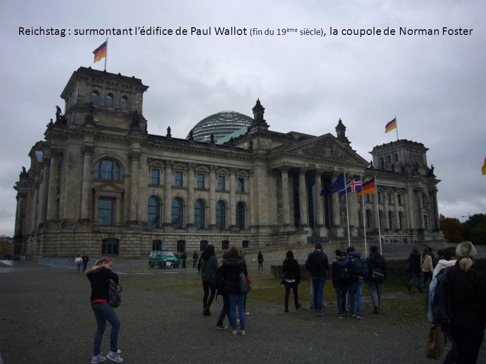Reichstag : surmontant lédifice de Paul Wallot (fin du 19 ème siècle), la coupole de Norman Foster