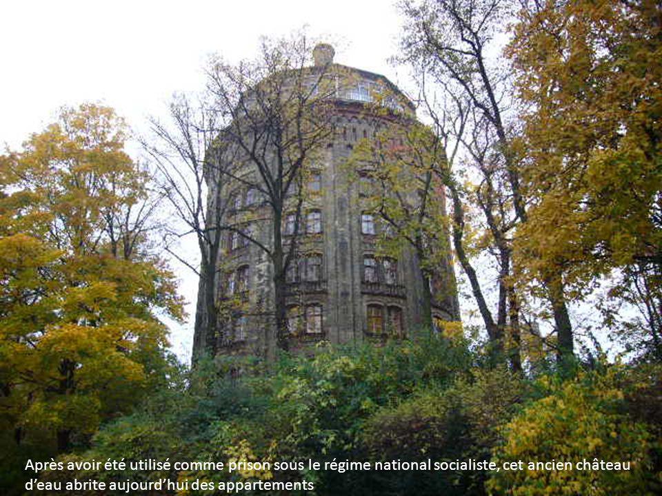 Après avoir été utilisé comme prison sous le régime national socialiste, cet ancien château deau abrite aujourdhui des appartements