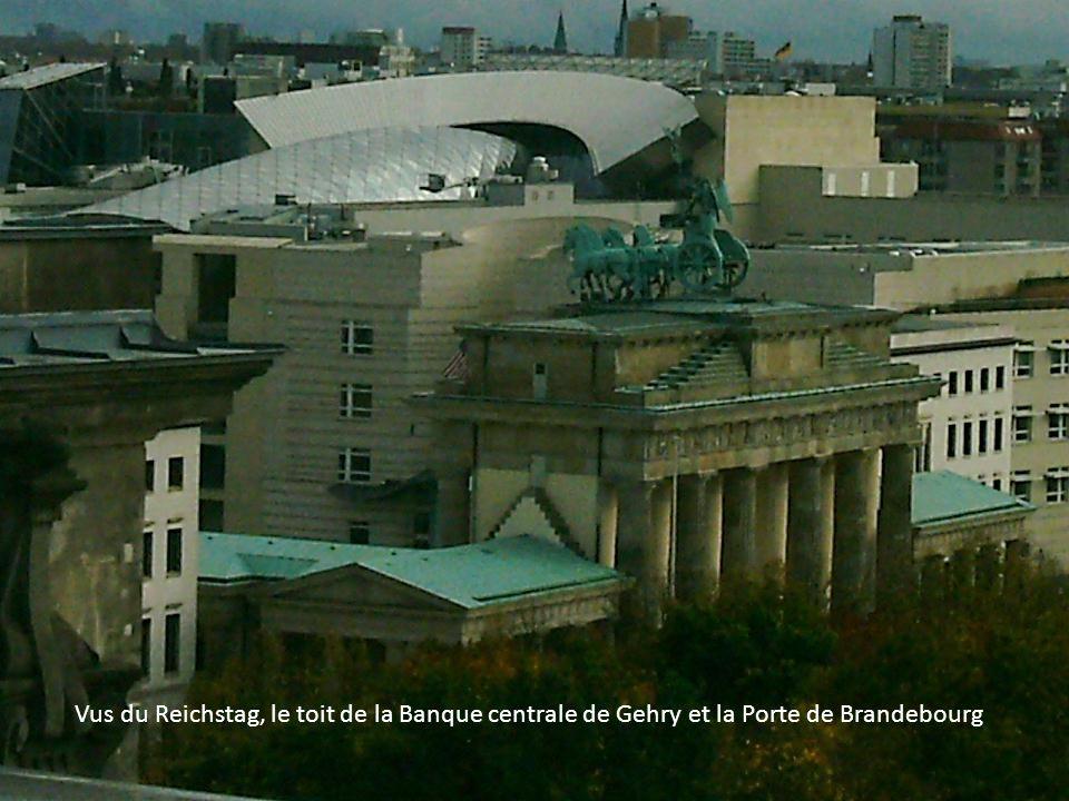 Vus du Reichstag, le toit de la Banque centrale de Gehry et la Porte de Brandebourg