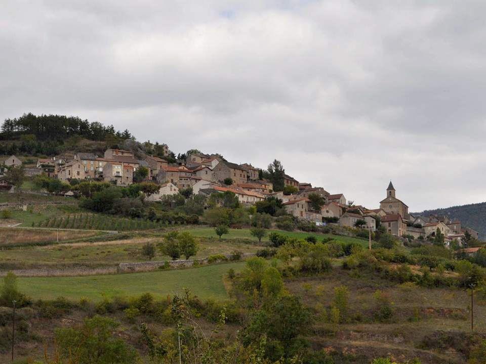 Nous apercevons un bourg aux maisons serrées autour de son église, qui monte vaillamment à lassaut de la colline… De petits lopins de terre enserrés d