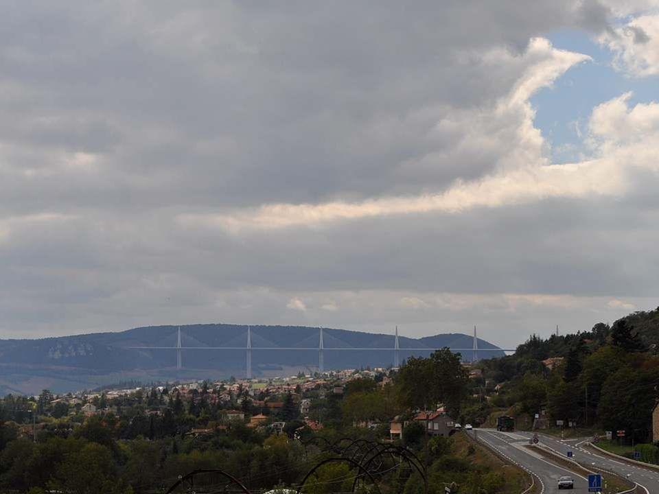 Voilà Millau, voilà le pont, silhouette élégante à peine visible sur le ciel.