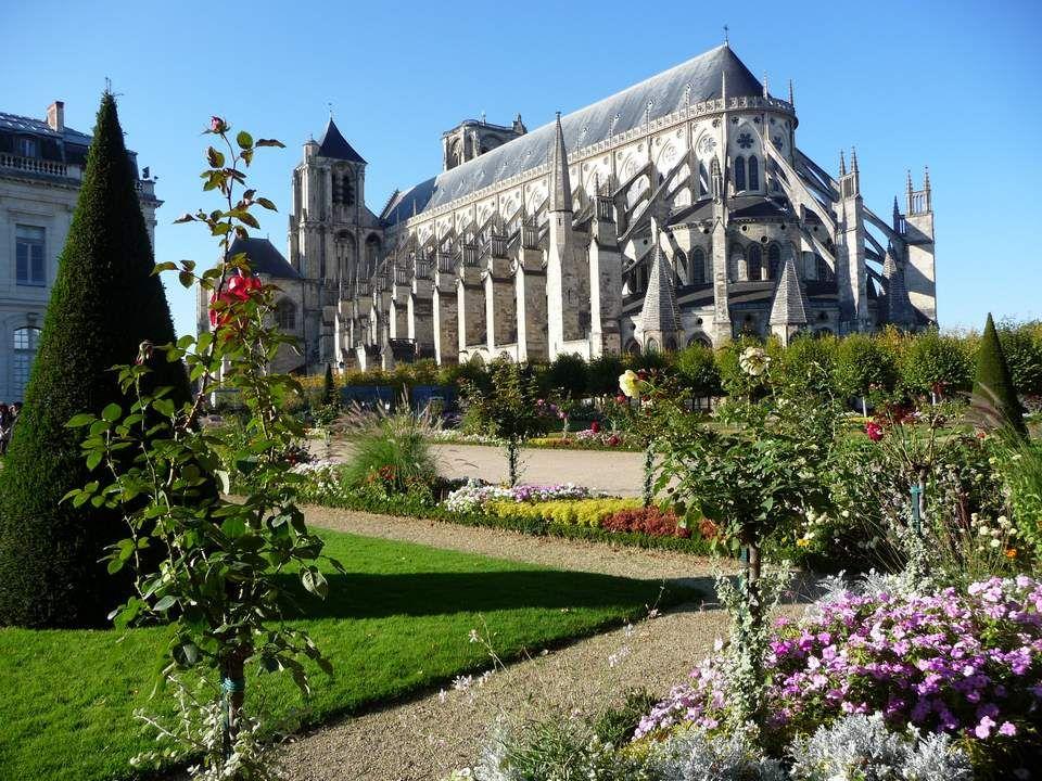 Souvent les touristes pensent se trouver face à un monument datant de la période de Jacques Coeur (XVème siècle) mais c'est un monument néo-gothique q
