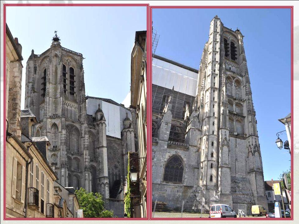 Figure de proue du domaine capétien face au midi de la France, la cathédrale Saint-Etienne de Bourges se devait d'être unique dans sa conception. Le p