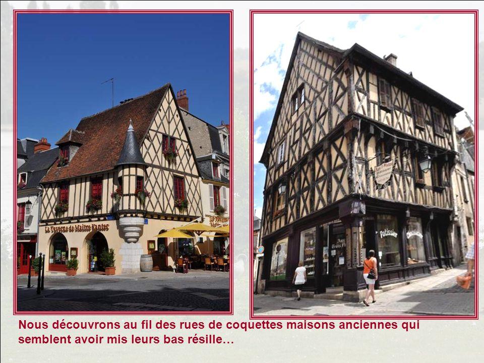 Je vous ai entraînés sur la route Jacques Cœur, je vous ai montré quelques magnifiques photos du Palais Jacques Cœur à Bourges, mais javais volontaire