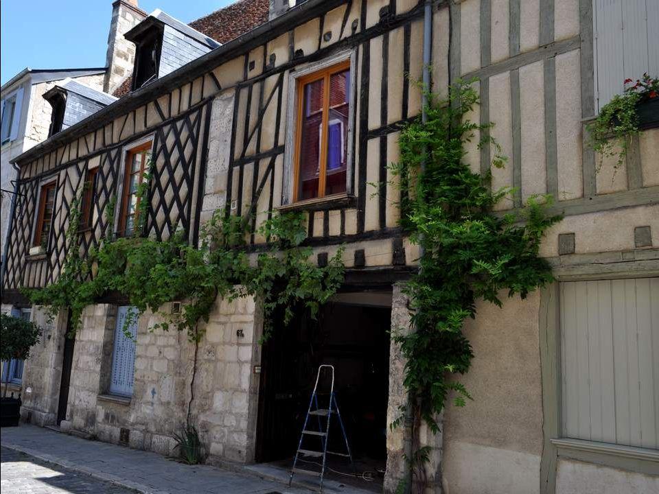 Bourges est une ville française, préfecture du département du Cher (18). Avec une agglomération de plus de 100 000 habitants, elle est la 3 è plus gra