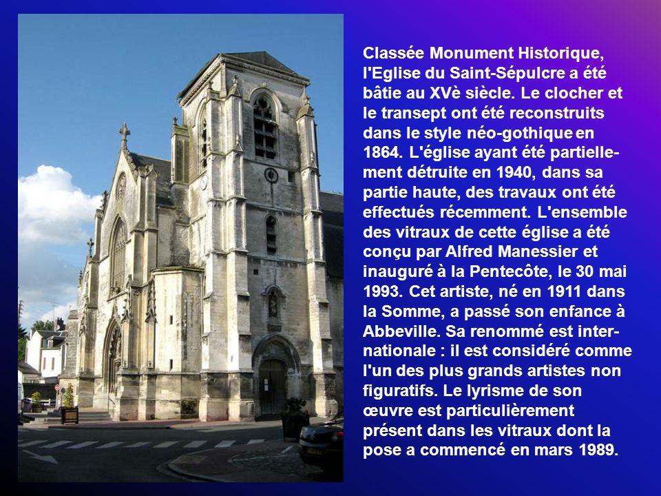Le premier beffroi a été édifié sur la Place du marché au blé, à côté de léglise Saint-Georges.