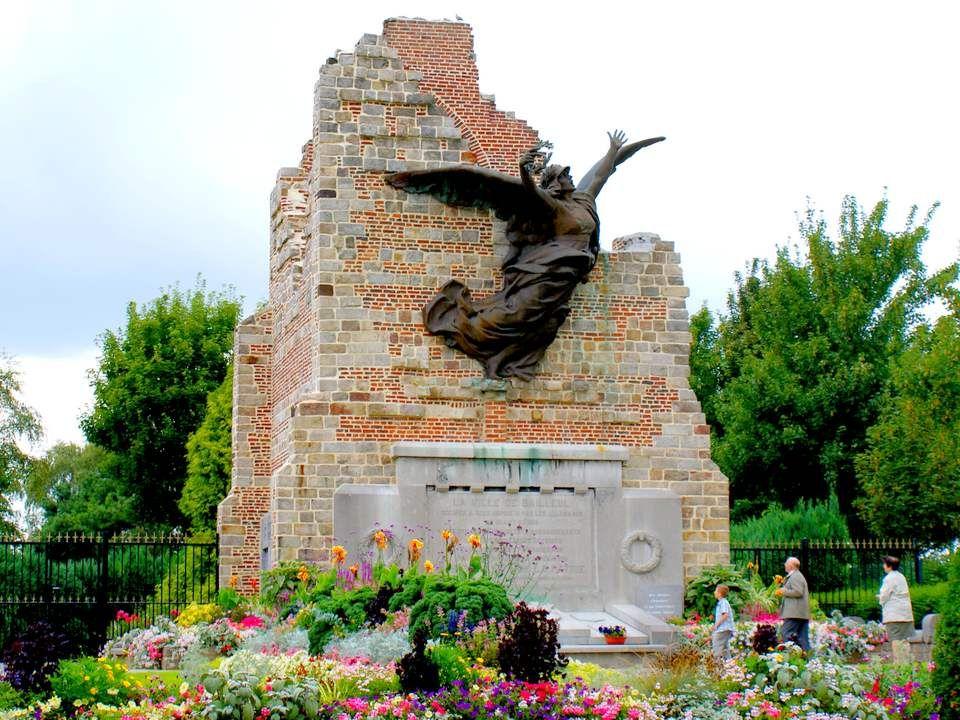 Le monument aux Français, monument aux morts des dernières guerres, sous forme d'une ruine symbolisant le socle du beffroi et ce qui restait de l'égli