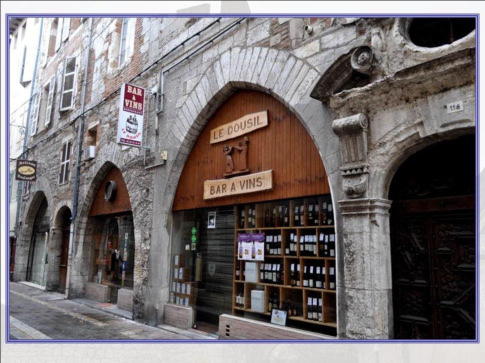 Cahors, cest aussi ces petites rues comme je les aime, sillon- nant la vieille ville, nous entraî- nant toujours vers de nouvel- les découvertes.