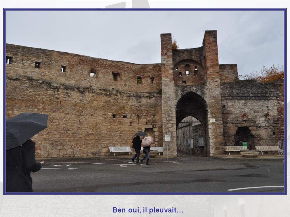 Cahors (en occitan Caors) est une commune française située dans le département du Lot, dont elle est la préfecture, et dans la région Midi-Pyrénées.