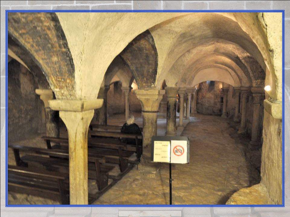 Un escalier prometteur… Téméraire, consciente de son devoir de photographe, Yonne est descendue pour vous. Elle trouve une belle crypte voû- tée, data