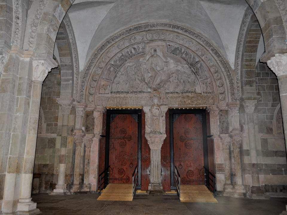 La basilique Sainte-Marie-Madeleine de Vézelay est une ancienne abbatiale française établie à Vézelay en Bourgogne, dans le département de l'Yonne. La
