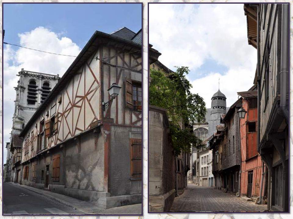 Ah ! La belle, la merveilleuse vil- le que Troyes ! Une ville comme je les aime, aux avenues grandes et belles, aux ruelles tortueuses et sombres, aux
