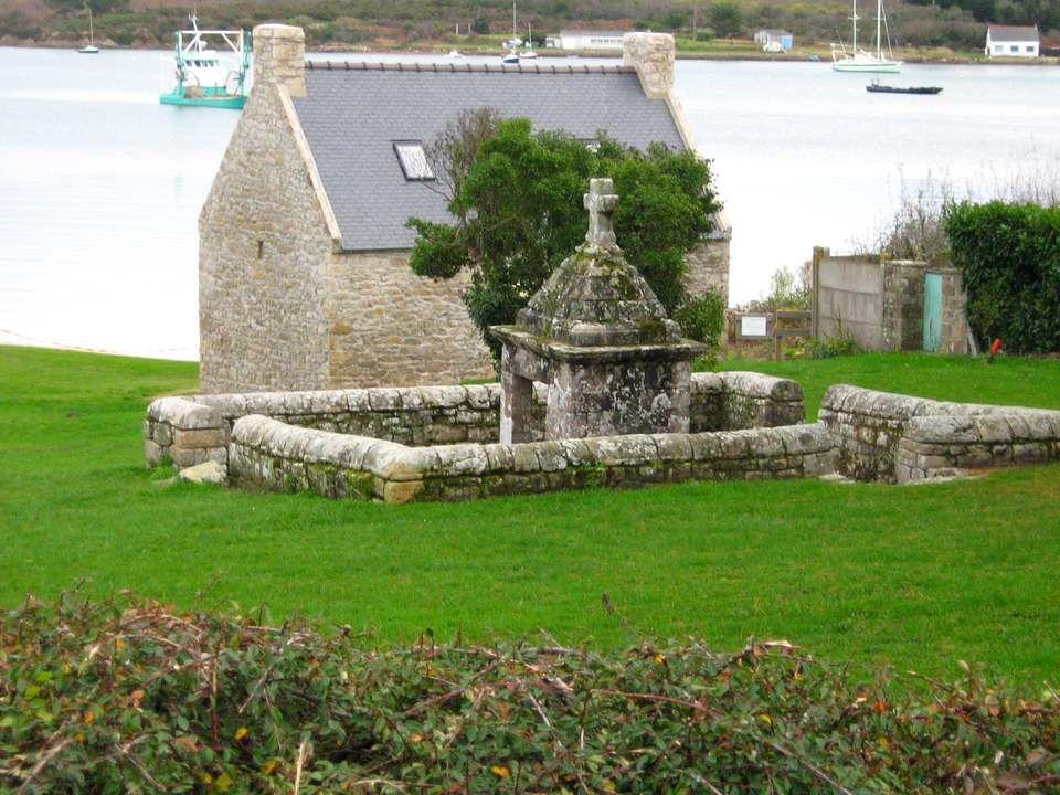 Cette charmante chapelle est située dans le Morbihan, en bordure de mer dans un cadre exceptionnel. Cet édifice sobre des 17 ème et 18 ème siècles dép