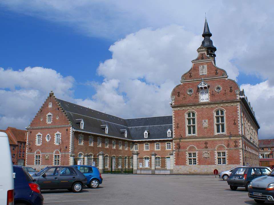 Le Musée des Augustins d'Hazebrouck du XVIIe siècle est un remarquable édifice de style flamand situé dans lancien couvent des Augustins (1616) devenu