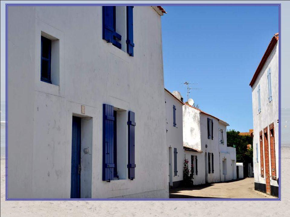 Lîle na pas toujours été aussi paisible : C est sur l ancienne île d Her ou dHero, habitée dès la Préhistoire, que le moine saint Philibert s installa en 674.