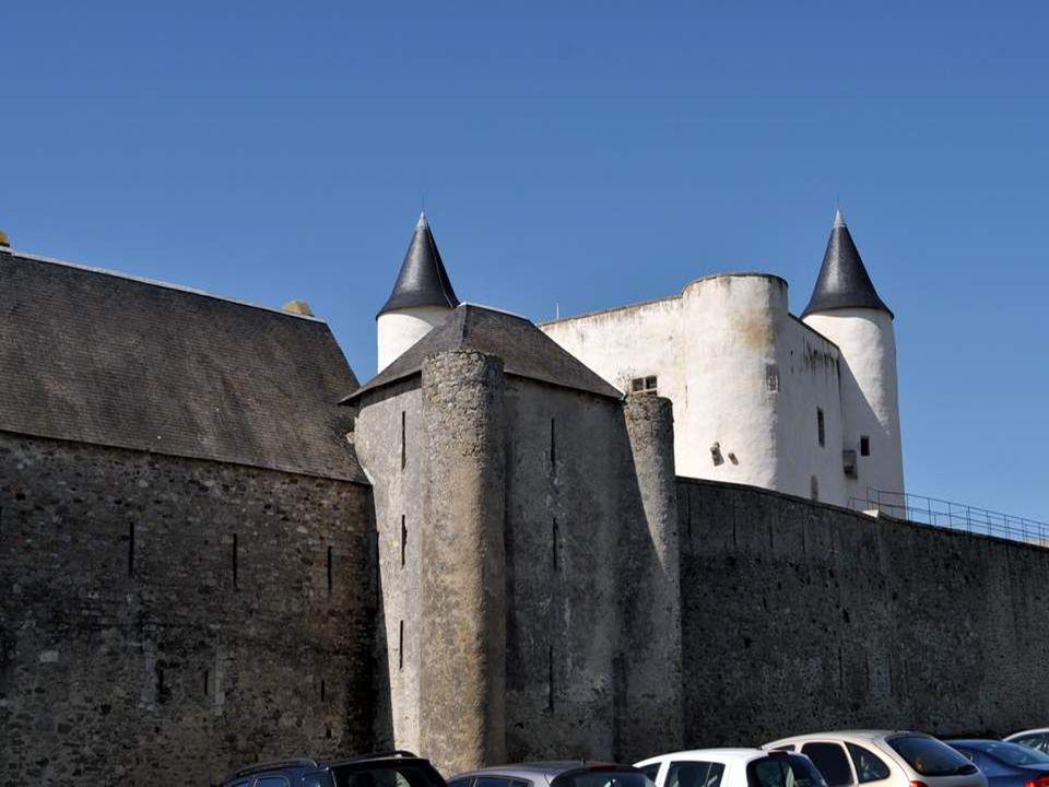 Château de Noirmoutier Le château de Noirmoutier domine la ville de Noirmoutier-en-l Île de son donjon haut de près de 20 mètres.