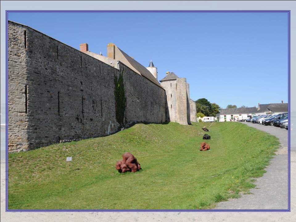 On a du mal à réaliser que ce château, qui semble neuf et pim- pant, date du XI° siècle .
